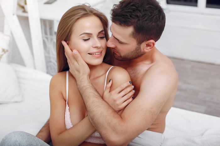 Муж смотрит на других женщин